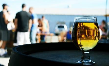 Gotowy jest już projekt ustawy o opłacie produktowej, która dotknie osoby lubiące wybrać się ze znajomymi na piwo, herbatę czy kawę. O co chodzi? Czytaj