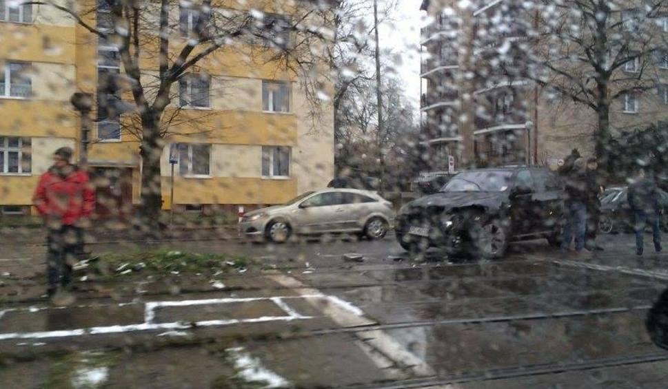 Film do artykułu: Kolizja na Mickiewicza. BMW zderzyło się z tramwajem [wideo]