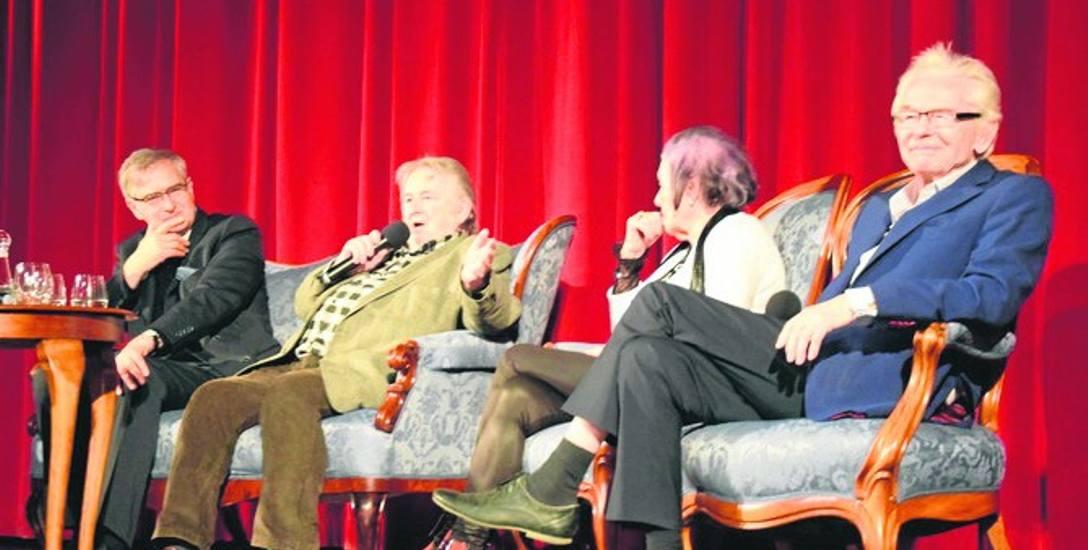 """Od lewej na scenie tuż po pokazie """"Perływ  koronie"""": Olgierd Łukaszewicz, Kazimierz Kutz, Barbara Ptak i Bernard Krawczyk"""