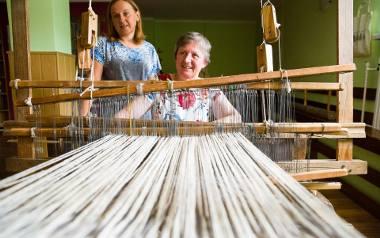 Tkaniny Bernardy Rość i jej córki Agnieszki bazują głównie na scenkach rodzajowych z życia wsi. Można tam zobaczyć kolędników, wesele, wybieranie miodu