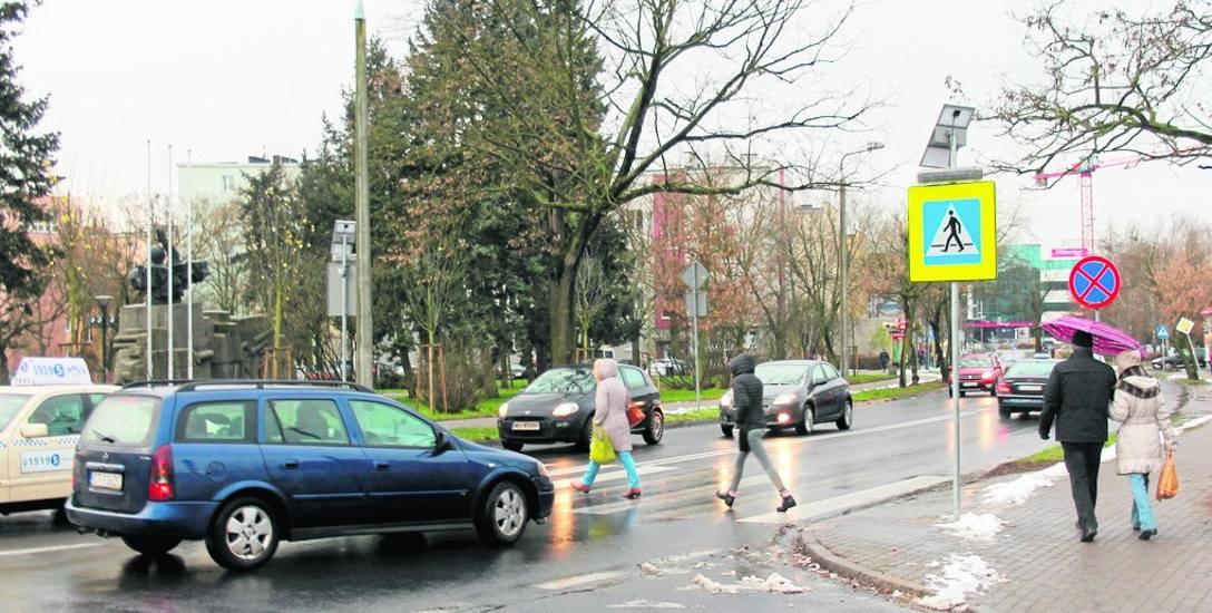 Wczoraj drogowcy zabrali się za naprawę znaku przy ulicy Grudziądzkiej, który chyba nigdy nie był sprawny