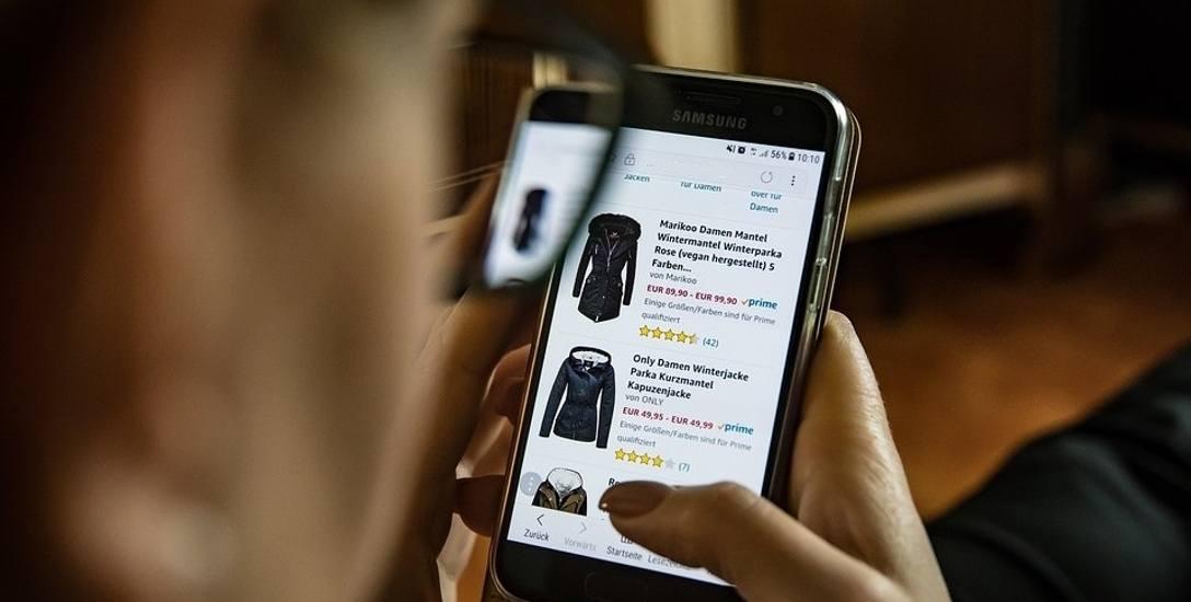 Konsumenci miesięcznie wydają w internecie łącznie 690 zł na odzież, buty, książki oraz bilety do kina i teatru.