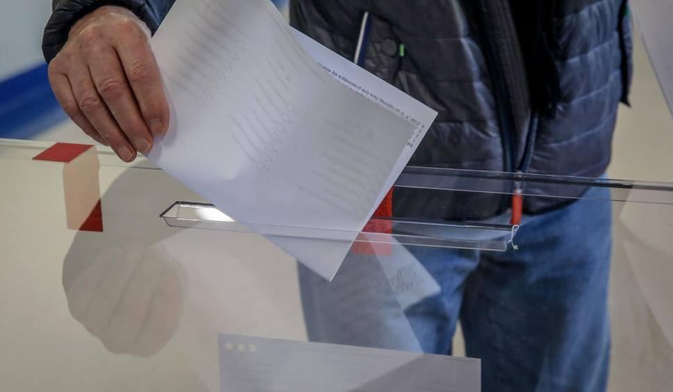 Film do artykułu: Wybory samorządowe 2018. W Zakopanem wydali niewłaściwe karty do głosowania