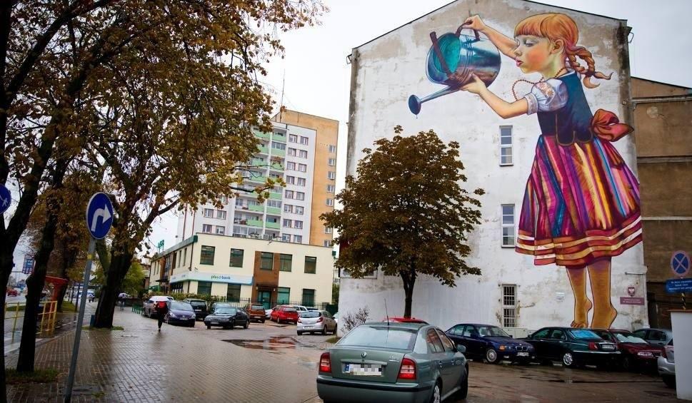 Dziewczynka z konewk miasto broni muralu przy al for Mural bialystok dziewczynka z konewka