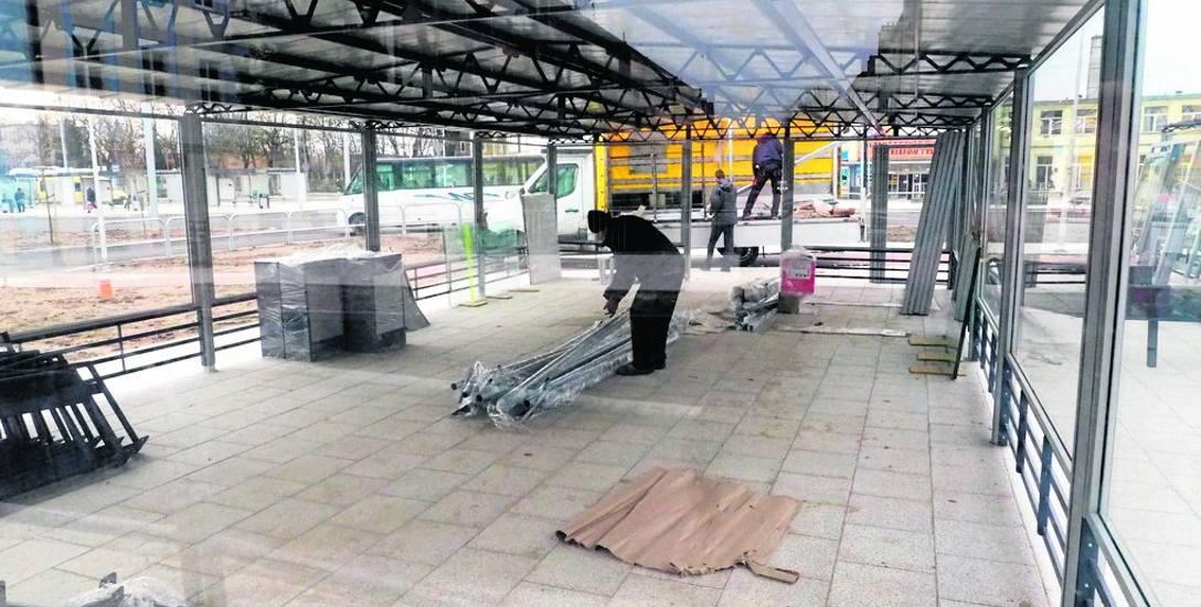W rejonie dworca stanęły wiaty, tu będzie można skorzystać z busa albo zostawić rower