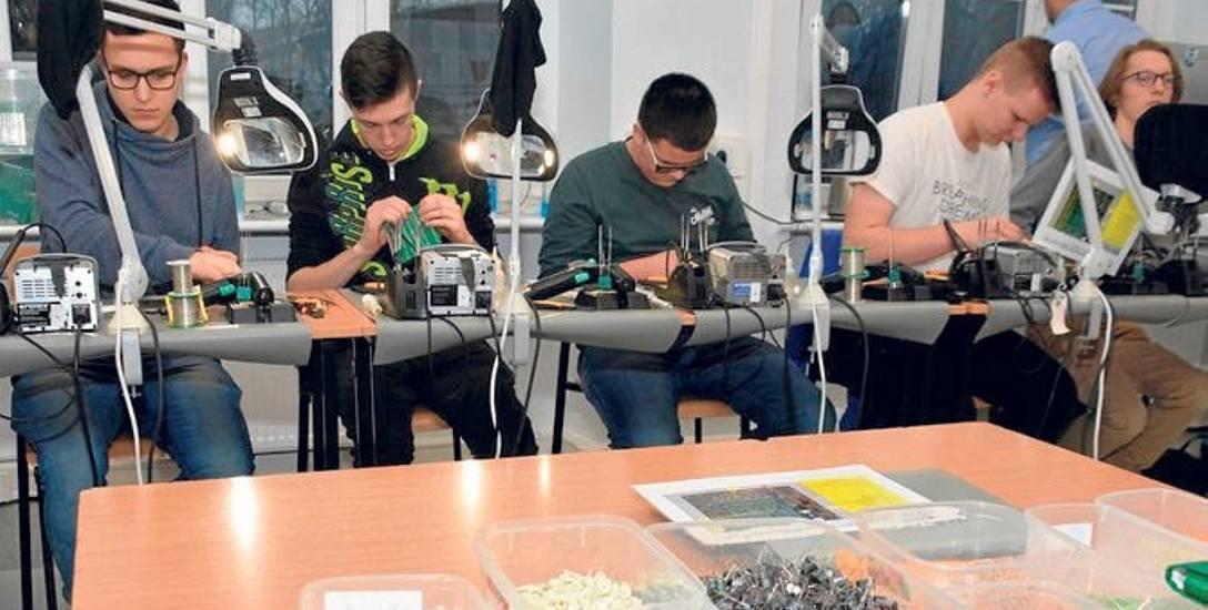 Zajęcia obejmują m.in. zaawansowane metody lutowania i napraw pakietów elektronicznych