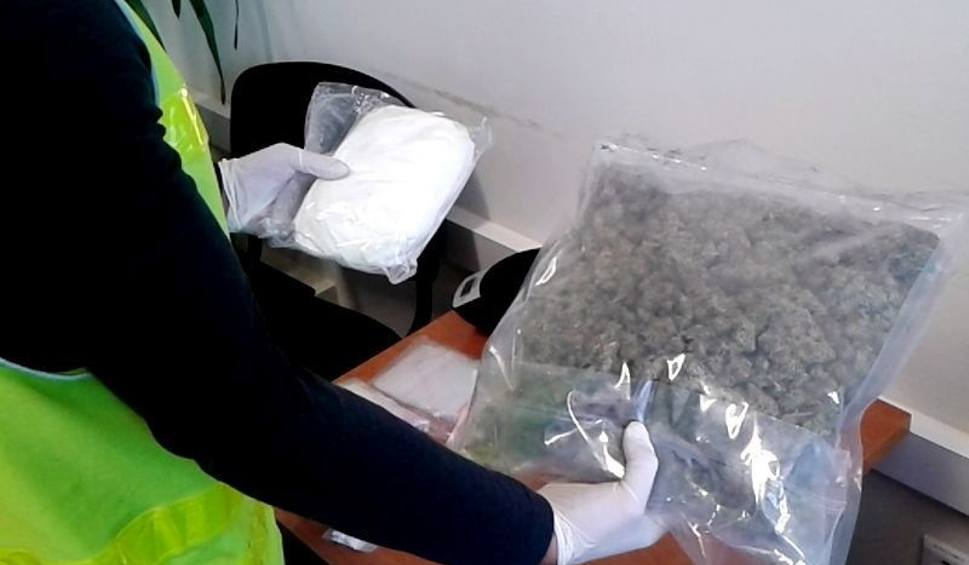 Film do artykułu: Policjanci znaleźli kilogram afetaminy i 600 gramów marihuany. Prudniczanie z zarzutami
