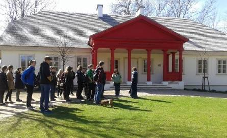 Zespół Szkół Społecznych STO przy Fabrycznej. Licealiści poznawali Miłosza w Krasnogrudzie (zdjęcia)