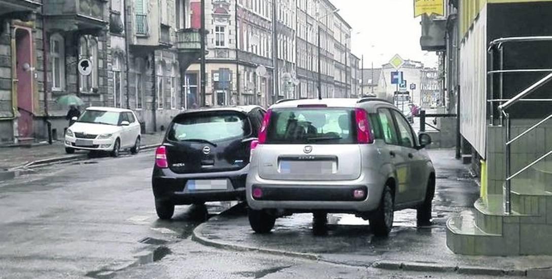 Tak na chodniku zaparkował kierowca fiata.