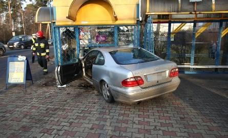 Stalowa Wola. 19-letni kierowca mercedesa uderzył w kiosk. 85-latek nie żyje, sprzedawczyni jest ranna [ZDJĘCIA]