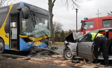 Wypadek pod Kutnem. Zderzenie autobusu z bmw. 12 rannych