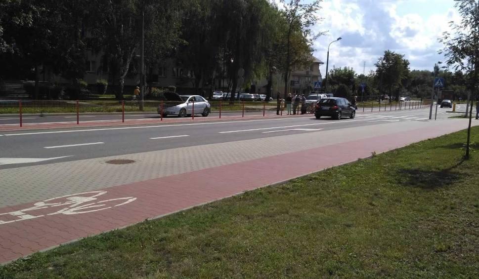 Film do artykułu: Zderzyły się dwa samochody i rower. Kobieta w szpitalu