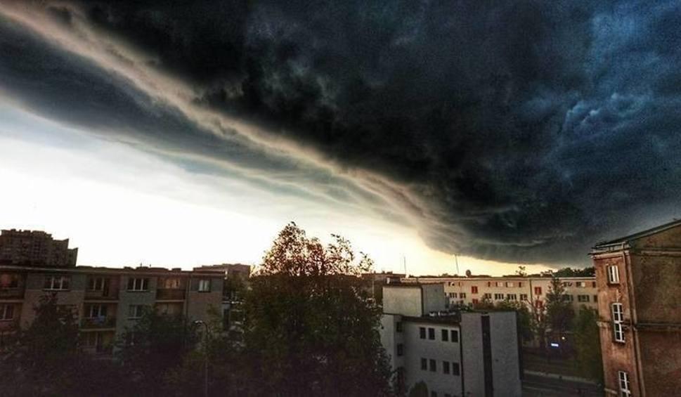 Film do artykułu: Burze z gradem w Podlaskiem: Synoptycy ostrzegają przed gwałtowną zmianą pogody. Sprawdź, gdzie jest burza [MAPA BURZOWA ONLINE]
