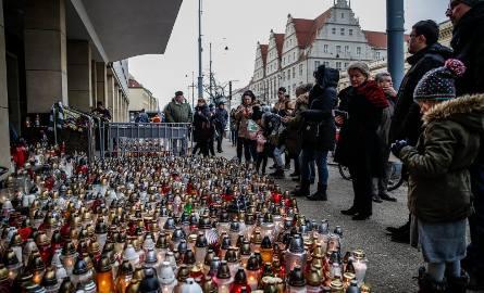 Zabójstwo Pawła Adamowicza wstrząsnęło opinią publiczną. Nie był to jednak pierwszy tego rodzaju zamach w Polsce. Na kolejnych slajdach przypominamy