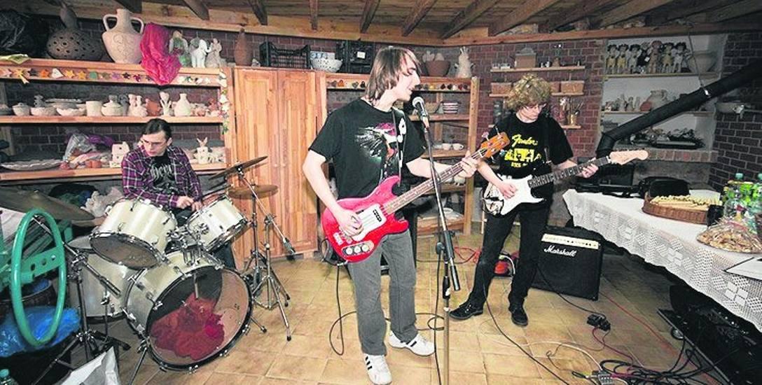 Rafał Kosiński jest basistą w zespole Grupa 21. Choć z zawodu jest cukiernikiem, po pracy udziela się na scenie i zgłębia wiedzę z zakresu elektroni