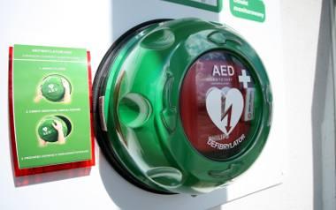 Defibrylatory w miejscach publicznych. Potrzeba więcej urządzeń do ratowania życia