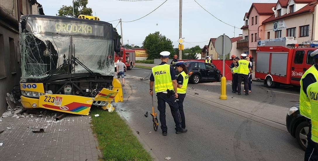 Skutki tragicznego wypadku na ul. Kapitulnej we Włocławku - zderzenia hevroleta z autobusem