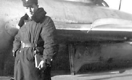 Ojciec pana dyrektora przez ponad 35 lat był lotnikiem. Na zdjęciu: lata 50., Tadeusz Kaliński stoi przed samolotem UT MIG 15.