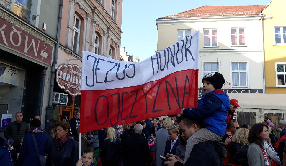 Film do artykułu: Punktualnie w południe Polacy zaśpiewali hymn. Zobaczcie jak to wyglądało w Gliwicach [ZDJĘCIA]