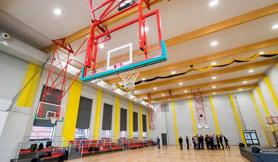"""Film do artykułu: W bydgoskiej """"Jedynce"""" otwarto nową halę sportową. Uczniowie będą mieli tu komfortowo [zdjęcia]"""