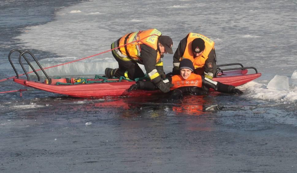 Film do artykułu: Radom. Ćwiczenia strażaków nad zalewem na Borkach. Akcje ratunkowe na lodzie