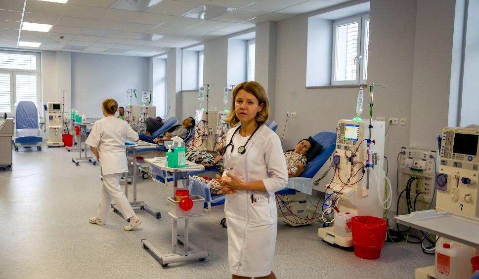 Film do artykułu: Nowoczesna Stacja Dializ w Uniwersyteckim Szpitalu Klinicznym w Białymstoku już działa. Jest tu 18 stanowisk dla chorych [WIDEO]