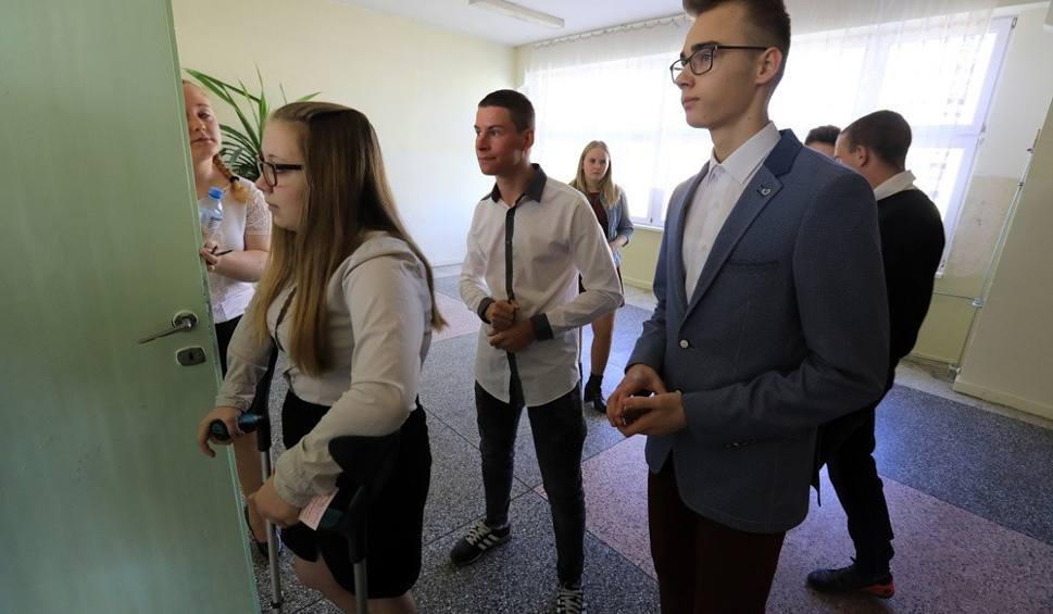 Film do artykułu: Egzamin w Gimnazjum nr 31 w Toruniu [EGZAMIN GIMNAZJALNY 2018, TEST, ARKUSZE]