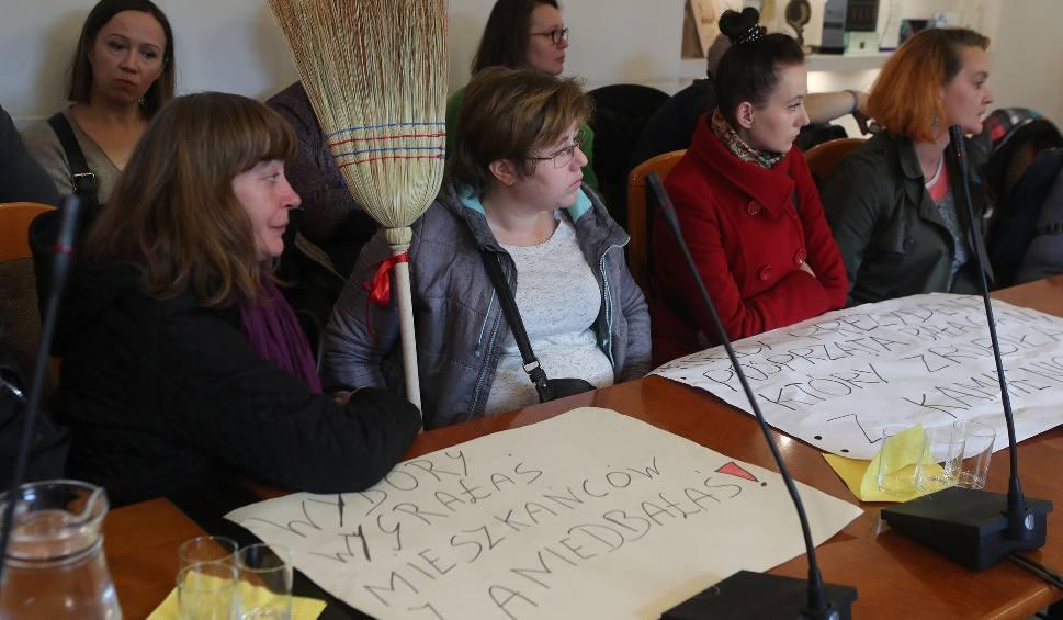 Film do artykułu: Protest mieszkańców kamienicy przy Wólczańskiej 43 w Łodzi. Mają opuścić mieszkania. Gdzie będą mieszkać?! Informacje 19.11.2019