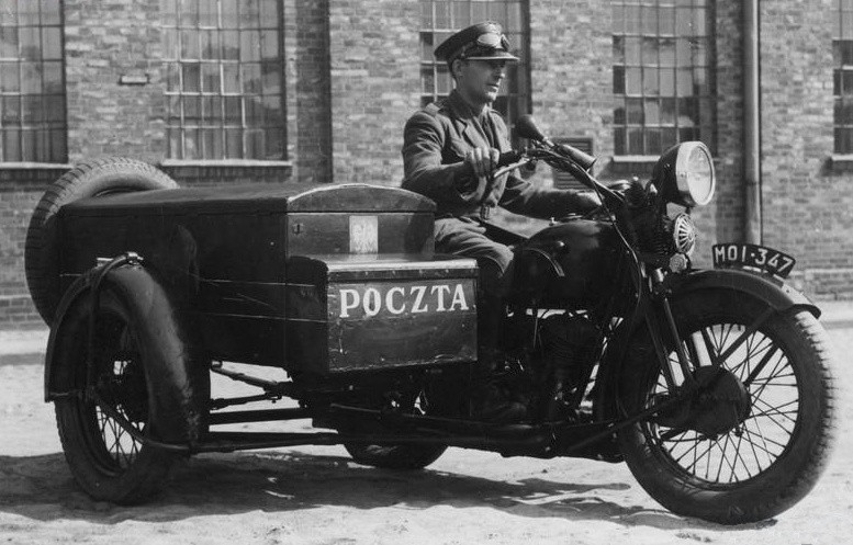 Mężczyzna na motocyklu Sokół 1000 przeznaczonym do przewożenia korespondencji z opróżnianych skrzynek pocztowych.Mężczyzna na motocyklu Sokół 1000 przeznaczonym