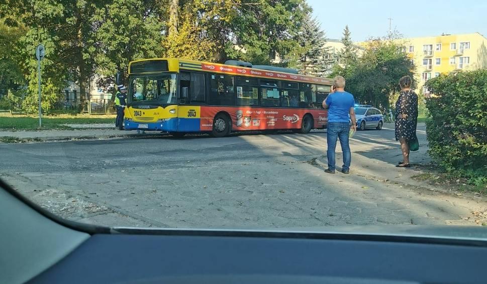 Film do artykułu: Kobieta za kierownicą autobusu i mężczyzna w jaguarze. Oboje winni kolizji