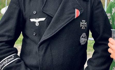 Od lat wielkie kontrowersje budziły osoby zakładające mundury zbrodniczych formacji z czasów II wojny światowej, które bez cienia żenady mieszały się