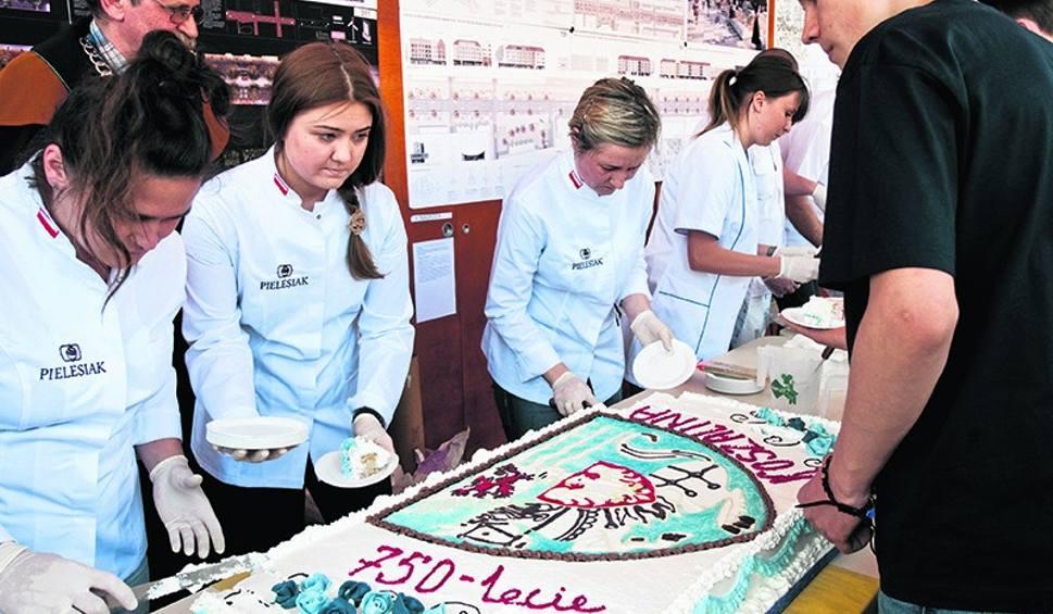 Film do artykułu: 750 lat Koszalina. Urodzinowy tort przed ratuszem [wideo]
