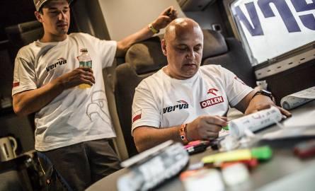 Jacek Czachor (z prawej) ma na koncie 15 Dakarów jako uczestnik. W 2017 roku był członkiem załogi Orlen Teamu wspierającej motocyklistów.