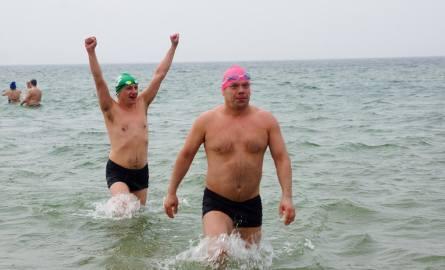 Czterech Polaków i dwóch Czechów zrealizowało wspólne marzenie. Przepłynęli wpław z Gdyni do Helu w wodzie o temperaturze 4°C [zdjęcia]