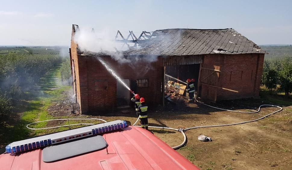 Film do artykułu: W Głązowie strażacy walczyli z pożarem murowanej stodoły [ZDJĘCIA]