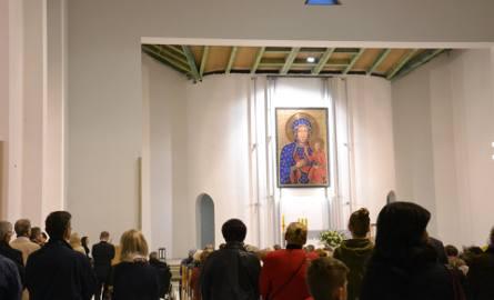W budowanym kościele p.w. Matki Boskiej Częstochowskiej w Rybniku odbyła się symboliczna msza