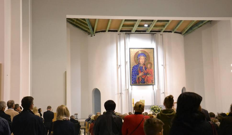 Film do artykułu: Symboliczna msza z arcybiskupem w nowym kościele na Nowinach w Rybniku ZDJĘCIA