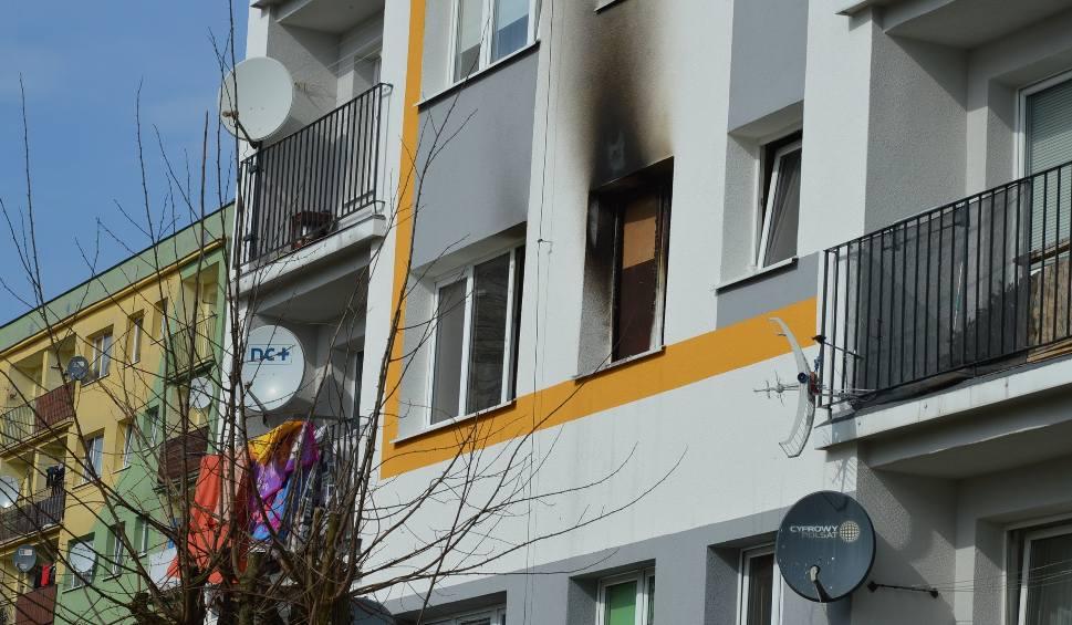 Film do artykułu: Aktualizacja. Pożar mieszkania w Bytowie. Ewakuowano 12 osób, w tym 5 dzieci. Ktoś zaprószył ogień (zdjęcia)