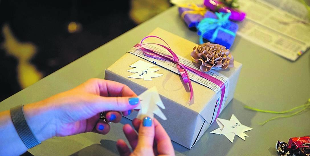 Przed Bożym Narodzeniem wiele pracy mają osoby zajmujące się pakowaniem prezentów