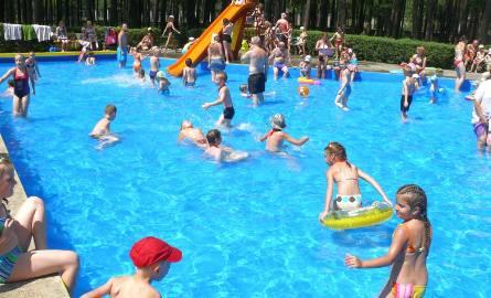 Błękitna woda w brodziku dla dzieci zachęca do taplania się.
