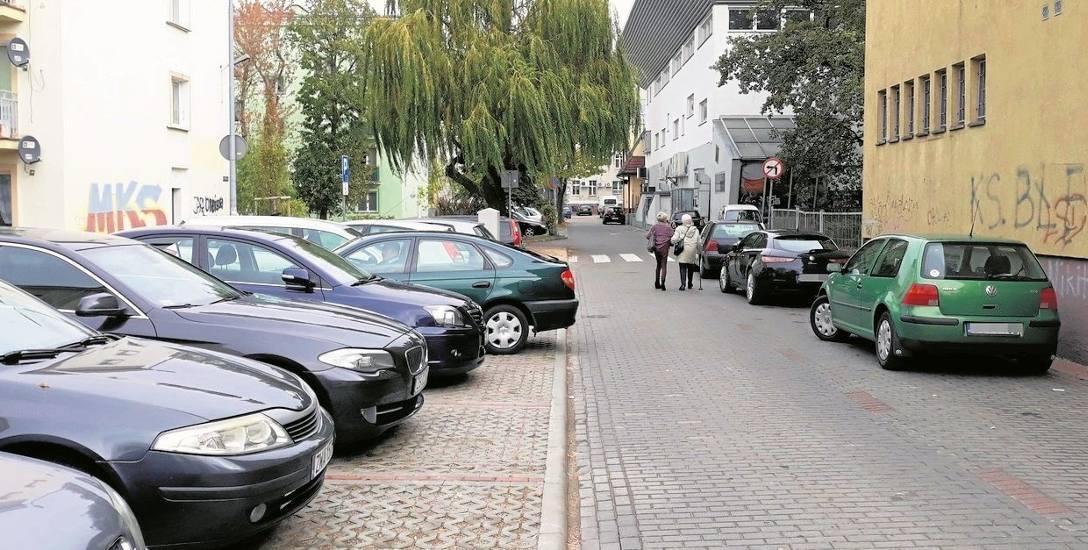 Takie obrazki na osiedlu Tysiąclecia w Stargardzie nie są rzadkością. Nie brakuje kierowców, którzy stawiają auta poza wyznaczonymi miejscami parkingowymi,