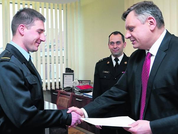 Przemysław Piskorski z koszalińskiej komendy Państwowej Straży Pożarnej odebrał w czwartek gratulacje od prezydenta miasta za bohaterską postawę.