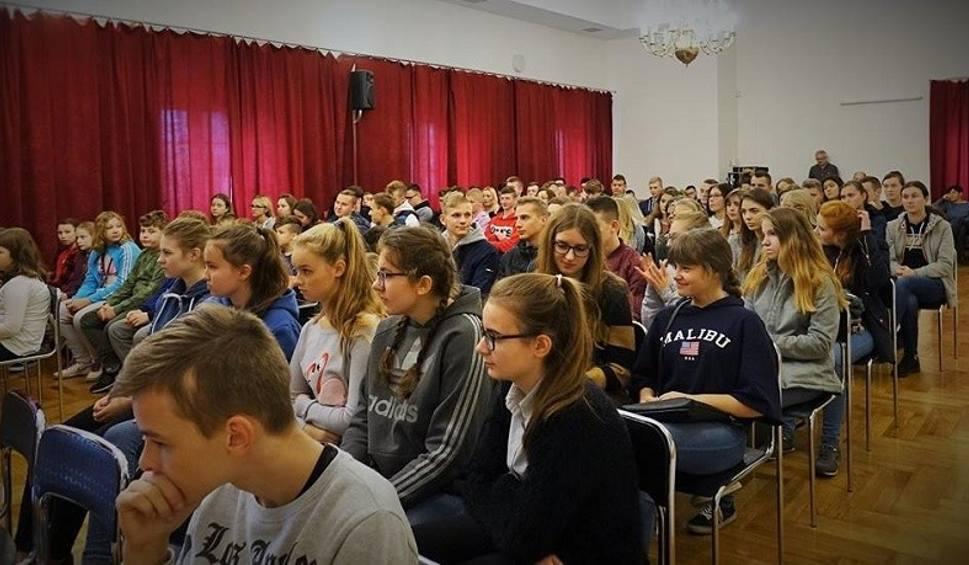 Film do artykułu: Ponad 100 uczniów z gminy Pińczów wysłuchało opowieści o Legionach Piłsudskiego jak i o samym komendancie [ZDJĘCIA]