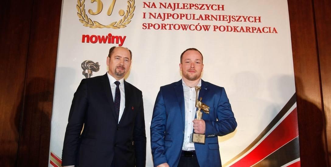 Nagrodę dla Mateusza Kuca podczas gali finałowej plebiscytu wręczył senator Mieczysław Golba