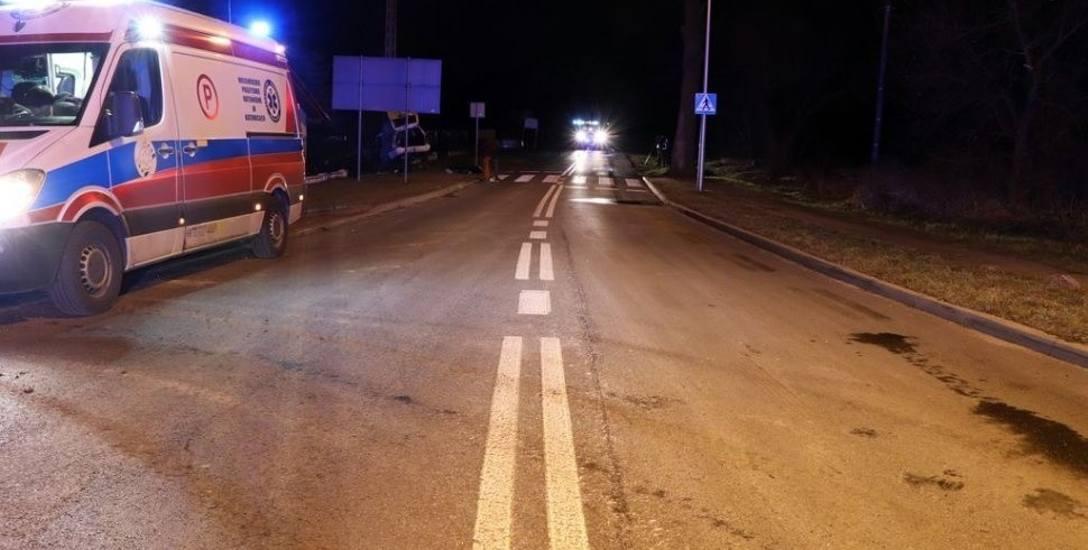 Ford roztrzaskał się na betonowym słupie przy ul. Szczejkowickiej w Żorach. Jedna osoba zginęła