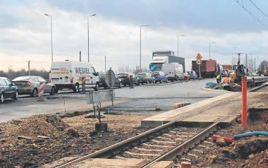 Budowa skrzyżowania na drodze krajowej nr 94 w Czeladzi się ślimaczy, a kierowcy codziennie stoją w gigantycznych korkach