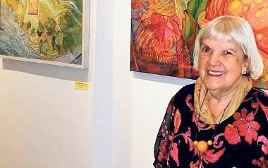 Gertruda Kuziemska-Wilczopolska na wystawie swoich obrazów w Galerii ZPAP przy ul. Mariackiej w Gdańsku
