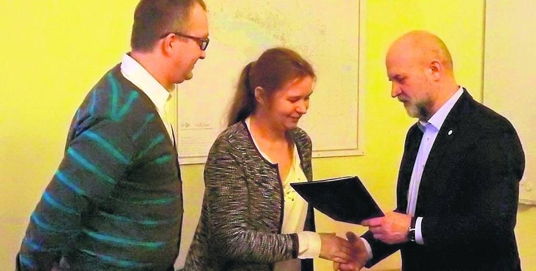 Starosta szczecinecki Krzysztof Lis wręcza umowę na prowadzenie rodzinnego domu dziecka państwu Beacie i Krzysztofowi Suszkom