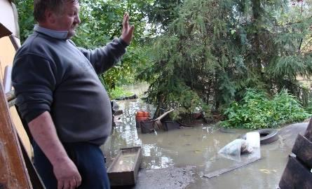 Sołtys Aleksander Zielonka pokazuje swoje podwórze otoczone wodą. - W pierwszym rzędzie ewakuowałem zwierzęta - mówi.