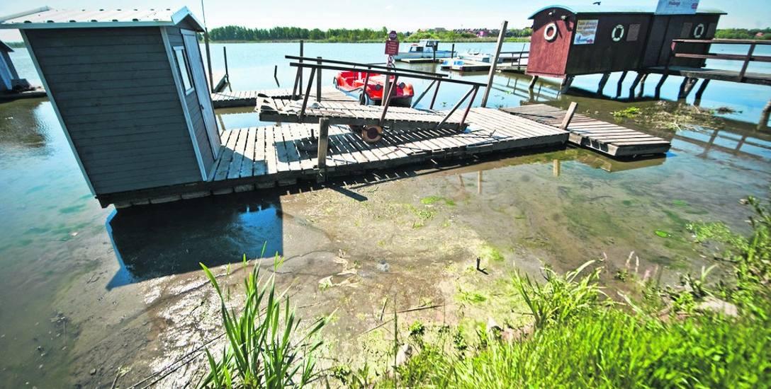 Przystań na jeziorze Jamno, na której funkcjonują wypożyczalnie sprzętu pływającego. Niestety, dziś zamiast wody jest tu mnóstwo mułu